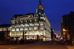 Edificio de la noche en St Petersburg imagen de archivo libre de regalías