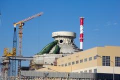 Edificio de la nueva central nuclear La grúa está funcionando fotografía de archivo