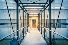 Edificio de la oportunidad del vestíbulo del metal de la arquitectura que mira abajo de guerra Foto de archivo libre de regalías