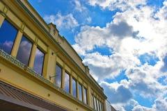 Edificio de la pequeña ciudad con una opinión del cielo Fotos de archivo