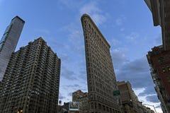 Edificio de la plancha contra la perspectiva del cielo de la tarde Imágenes de archivo libres de regalías