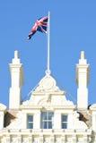 Edificio de la playa con agitar de la bandera Imagenes de archivo