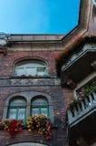Edificio de la preguerra viejo hecho de ladrillos rojos Fotos de archivo