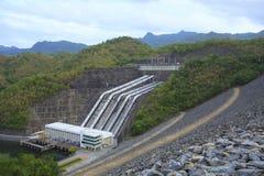 Edificio de la presa de la hidroelectricidad de Srinagarind debajo del nivel del agua imágenes de archivo libres de regalías