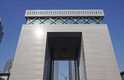 Edificio de la puerta en Dubai foto de archivo libre de regalías