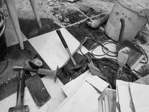 Edificio de la reparación con las herramientas y martillo, cincel, cuchilla, cepillo, recogedor de polvo y cinta métrica imagenes de archivo