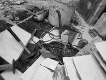 Edificio de la reparación con las herramientas y martillo, cincel, cuchilla, cepillo, recogedor de polvo y cinta métrica foto de archivo