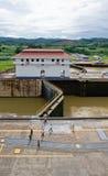 Edificio de la sala de mando del Canal de Panamá Foto de archivo