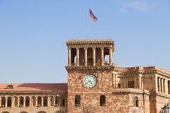 Edificio de la torre del gobierno de Armenia con la bandera armenia Imagen de archivo libre de regalías