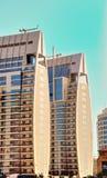Edificio de la torre gemela en el puerto deportivo de Dubai foto de archivo libre de regalías