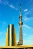 Edificio de la torre y de Asahi Beer Hall del cielo de Tokio en Tokio, Japón foto de archivo