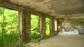 Edificio de ladrillo abandonado sin panorama de la ventana y de la puerta metrajes