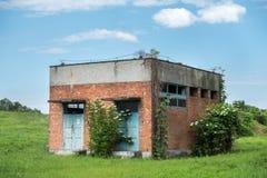Edificio de ladrillo abandonado viejo Imagenes de archivo
