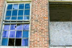 Edificio de ladrillo abandonado Windows roto Imagen de archivo libre de regalías