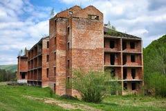 Edificio de ladrillo inacabado en montañas cárpatas Verano Foto de archivo libre de regalías