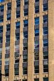 Edificio de ladrillo marrón viejo con los paneles negros del hierro Imagen de archivo