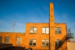 Edificio de ladrillo de oro abandonado del color de la salida del sol de Warehouse fotografía de archivo libre de regalías