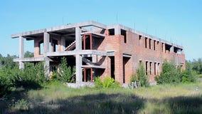Edificio de ladrillo rojo abandonado del vintage en el día soleado, diversidad del ambiente, almacen de metraje de vídeo
