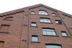 Edificio de ladrillo rojo antiguo de la fachada Imagenes de archivo