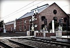 Edificio de ladrillo rojo por la estación de tren imagen de archivo libre de regalías