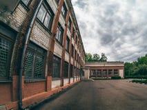 Edificio de ladrillo viejo, estilo urbano, imagen entonada dramática foto de archivo