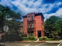 Edificio de ladrillo y calle de la vecindad Fotografía de archivo libre de regalías