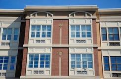 Edificio de ladrillo y cielo azul imagen de archivo libre de regalías