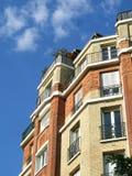 Edificio de ladrillos en el cielo Foto de archivo libre de regalías