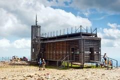Edificio de los posts en el pico de Snezka Imágenes de archivo libres de regalías