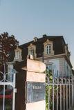 Edificio de lujo de la entrada de la calle del chalet Fotografía de archivo libre de regalías
