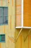 Edificio de madera en amarillo y naranja Foto de archivo libre de regalías