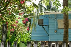 Edificio de madera en el calafate de Caye imagenes de archivo