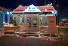 Edificio de madera iluminado adornado para la Navidad Fotografía de archivo