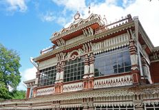 Edificio de madera de la fachada Club del verano de la asamblea noble Foto de archivo