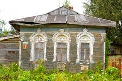 Edificio de madera viejo en el pueblo Priluki en las cercanías de Vologda Foto de archivo