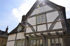 Edificio de marco histórico de madera en el pueblo de Lacock imagenes de archivo