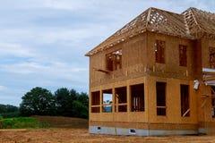 Edificio de marco de madera inacabado o haz que enmarca de la nueva casa imágenes de archivo libres de regalías