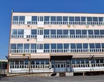 Edificio de oficinas abandonado viejo Imagen de archivo libre de regalías