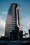 Edificio de oficinas alto en crepúsculo Fotos de archivo libres de regalías