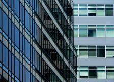 Edificio de oficinas azul de cristal foto de archivo