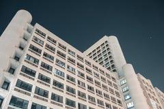 Edificio de oficinas blanco Imágenes de archivo libres de regalías