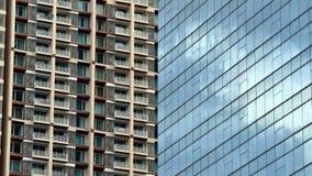Edificio de oficinas con el condominio en el fondo, Timelapse almacen de metraje de vídeo