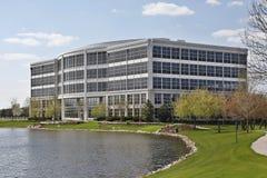 Edificio de oficinas con el lago Imagenes de archivo