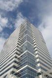 Edificio de oficinas con el modelo azul/blanco imagenes de archivo