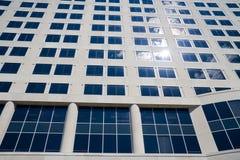 Edificio de oficinas con el sol Fotos de archivo