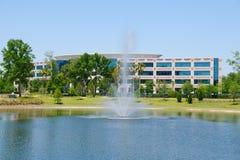 Edificio de oficinas con la fuente Imagen de archivo libre de regalías