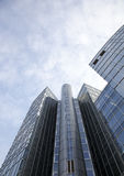 Edificio de oficinas con las ventanas y el cielo Fotos de archivo libres de regalías