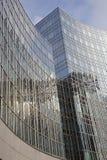 Edificio de oficinas con las ventanas y el cielo Imágenes de archivo libres de regalías