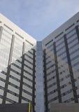 Edificio de oficinas con las ventanas y el cielo Fotografía de archivo libre de regalías