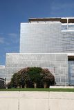 Edificio de oficinas con los árboles florecientes Fotos de archivo